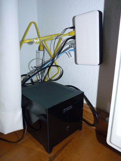 U kunt de NAS het beste aan een snelle switch hangen, zodat iedereen snel toegang heeft.