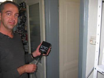 Ron Kemp van Kemp Elektroniks in Amsterdam is specialist op gebied van schone stroomvoorziening in de hifi-wereld. Sinds 1999 werkt hij met een collega onder de naam Kemp Elektroniks. Hij verzorgt onder andere aparte audiogroepen in de meterkast bij klanten. Inmiddels heeft Kemp een ruim assortiment van ?power conditioners' en accessoires: vijf netkabels, acht soorten filters, stekkerblokken en een complete regenerator.