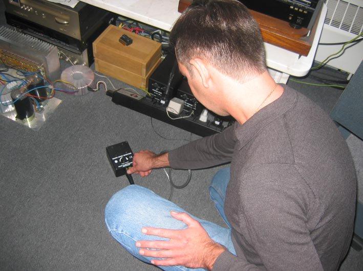 Kemp haalt een ?mains noise detector' uit de kast en stopt deze in het stopcontact. Er komt onmiddellijk een hoop herrie uit het doosje. ?Dit apparaat zet de storingsfrequenties om in geluid?, legt hij uit. Vervolgens sluit Kemp een filter aan tussen het stopcontact en de ?mains noise detector'. ?Kijk, nu hoor je slechts een beetje gepruttel. Het gros van de rotzooi is dus verdwenen.? Ad van Medevoort heeft ook een andere manier om het effect van een filter aan te tonen. ?Sluit het netfilter maar eens aan op een tv of beter nog: een beamer. Je ziet meteen dat het filter het contrast vergroot en dat de kleuren scherper en natuurlijker zijn. En dat effect is goed te vergelijken met de muzikale winst in een goede set.?