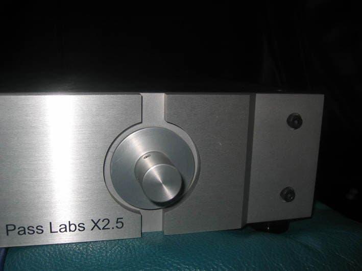 Een deel van het prachtige front van de Passlabs X2.5 voorversterker