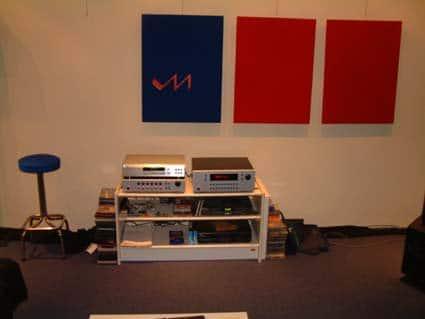 De luisterruimte met eigen surround-apparatuur en gemodificeerde apparatuur van onder meer Marantz en Philips.